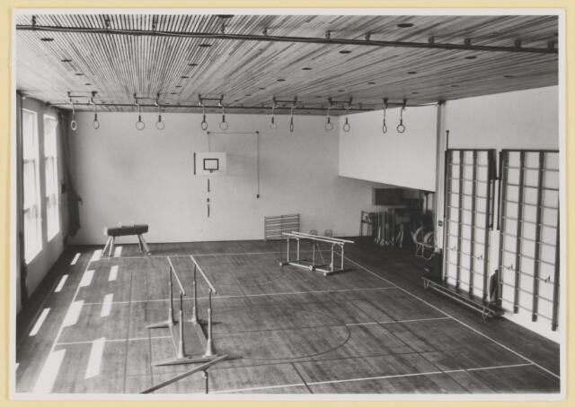 """080784 - Opening sportzaal """"De Schelf"""", november 1967. De gloednieuwe sportzaal. Het wandrek, de ringen , de bank, de brug op wielen, de basket, de springbok, brug met ongelijke legger."""