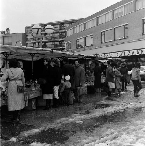 1237_010_699_002 - De weekmarkt op het Koningsplein.