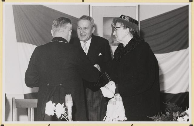 072855 - Afscheid burgemeester J.H. Bardoel.  Zaal oude hotel-café-rest. Breda's Welvaren. De burgemeesters Bardoel en Steger drukken elkaar de hand. Rechts: Mevrouw Bardoel-Schreppers.