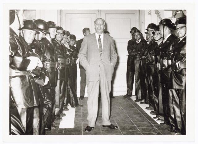 039448 - Volt, Zuid. Hulpafdelingen, Brandweer. Ir. Meijer, directeur van Volt, houdt een toespraak voor de heer van Peer bij de Volt brandweer op 25 juni 1962. Dit vanwege diens 25 jarig brandweer jubileum. Op de foto tweede van links Frie Meijs.