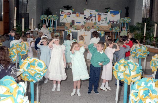 655283 - Eerste Heilige Communie viering in de Tilburgse Lourdeskerk op 27 april 1986.