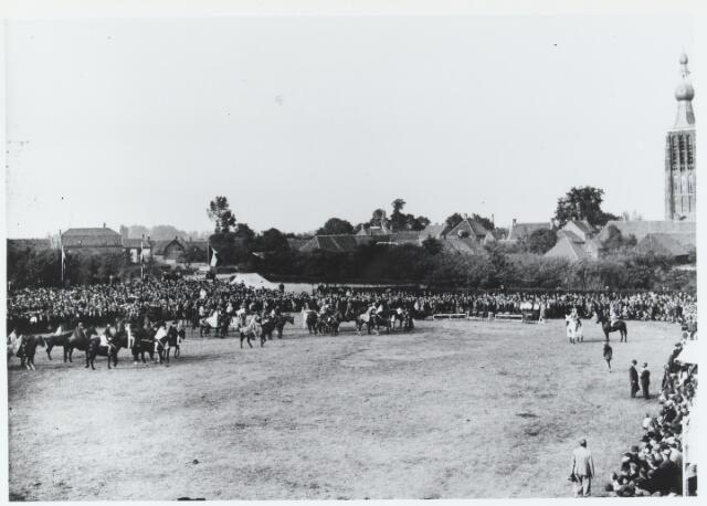 055748 - Sport. Ter gelegenheid van de viering van het tweede lustrum van de bond van landelijke rijverenigingen van de NCB werd te Hilvarenbeek in juli 1938 een groot ruiterfeest georganiseerd.