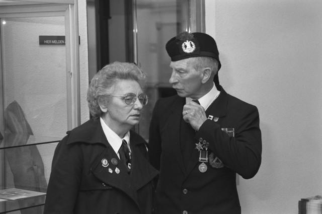 """TLB023000111_002 - Gedecoreerde veteranen tijdens de Bevrijdingsfeesten 1989. De man maakte deel uit van """"The Queen's Own Cameron Highlanders"""", de Infanterie-tak van de British Armed Forces."""