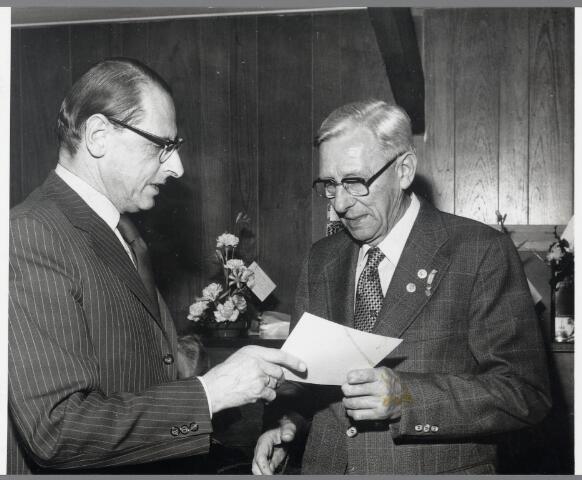 89227 - Dhr . A. Krijnen (rechts) van Harmonie Terheijden onderscheiden met bondsspeld. Dhr. Roos reikt medaille en oorkonde uit.