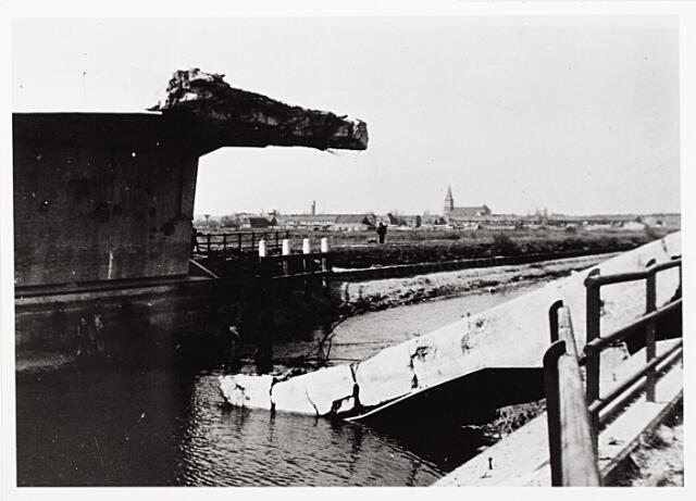 012387 - Tweede Wereldoorlog. Vernielingen. De begin september 1944 opgeblazen viaductbrug over het Wilhelminakanaal bij de Meierijbaan