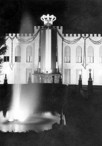 064759 - Huis van Oranje. Het verlichte en versierde paleis-raadhuis bij de troonsbestijging van koningin Juliana.