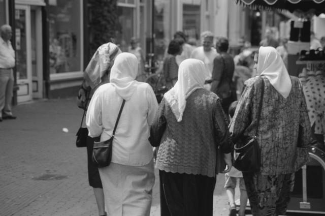 TLB023000420_002 - Vrouwen met hoofddoek in winkelstraat.