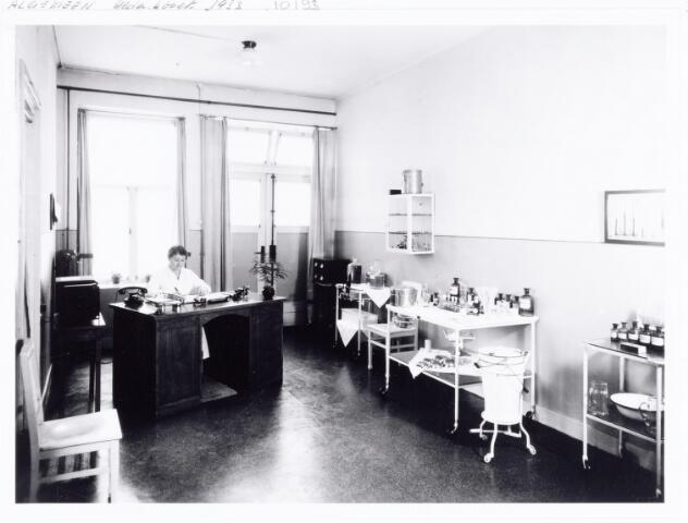 038545 - Volt. Zuid. De verbandkamer, later medische dienst genoemd, in 1933. Op de achtergrond zuster van de Ven. Foto uit gedenkboek afscheid van Dhr. Anninga directeur.  Voltstraat heette toen Nieuwe Goirleseweg.