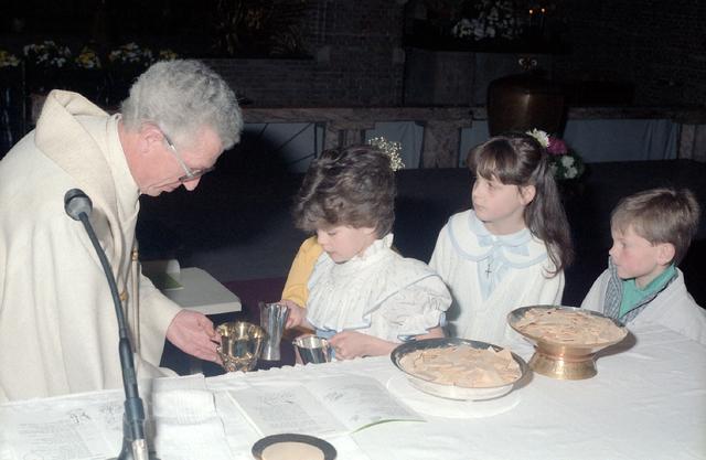 655266 - Viering van een eerste communie in de Sacramentskerk Tilburg op 20 april 1986.