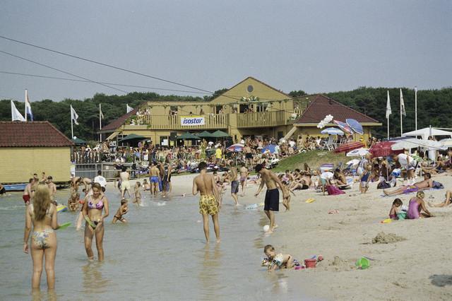 TLB023000899_003 - Bezoekers strand het Blauwe Meer.