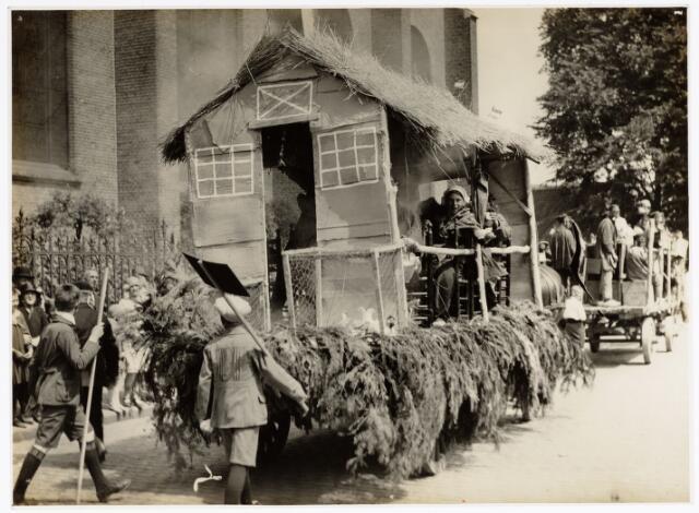 048932 - De Folklorestoet 'Brabant is sijn eugen lant' trekt op 21 juli 1929 door het centrum van Tilburg. Hier trekt de stoet langs de Heikese kerk