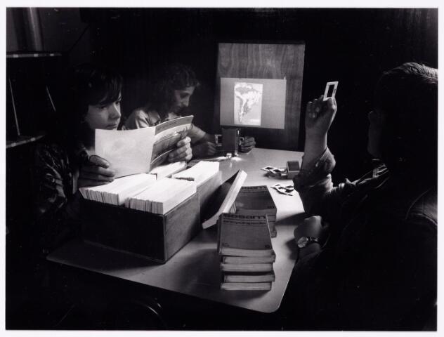 """051917 - Middelbaar Voortgezet Onderwijs.""""Projectonderwijs"""". Foto gemaakt in het kader tentoonstelling Theresialyceum september 1976."""