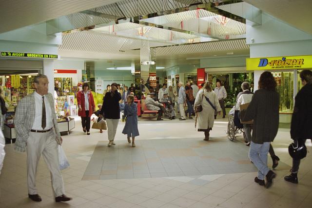 TLB023000755_001 - Interieur winkelcentrum Wagnerplein met winkelend publiek.