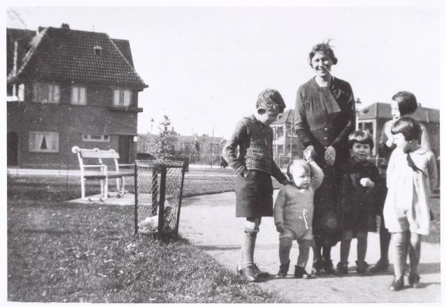 018887 - De familie Olling in het parkje aan de Gerard van Swietenstraat. Op de achtergrond links hun woning