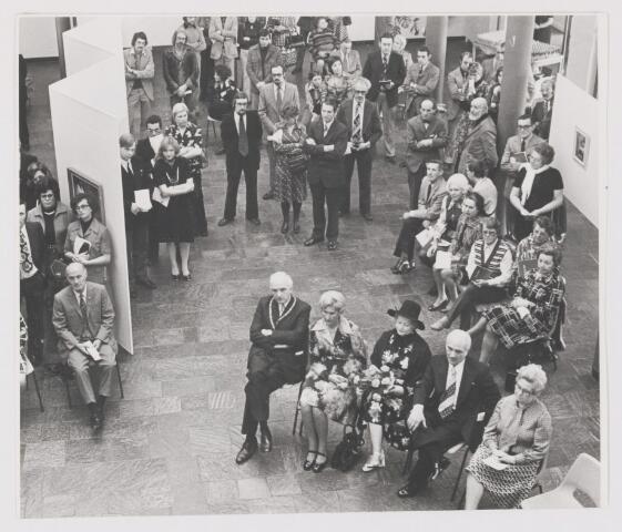 081739 - Officiële opening van de expositie van C. de Kort in de hal van het gemeentehuis in Rijen. Op de foto burgemeester Ballings met zijn echtgenote