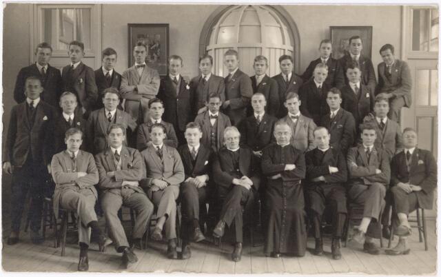 051606 - Groepsfoto. Jonge mannen, vermoedelijk studenten met in hun midden drie geestelijken.