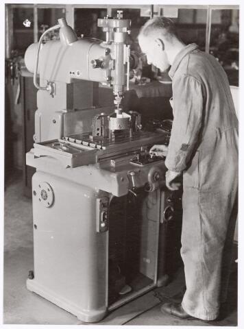 """039397 - Volt, Zuid. Technische Afdeling, Gereedschapmakerij. ( gebouw M noordzijde ). Tjeu Melchiors achter de """"Hauser"""" coördinaten-boormachine omstreeks 1957."""