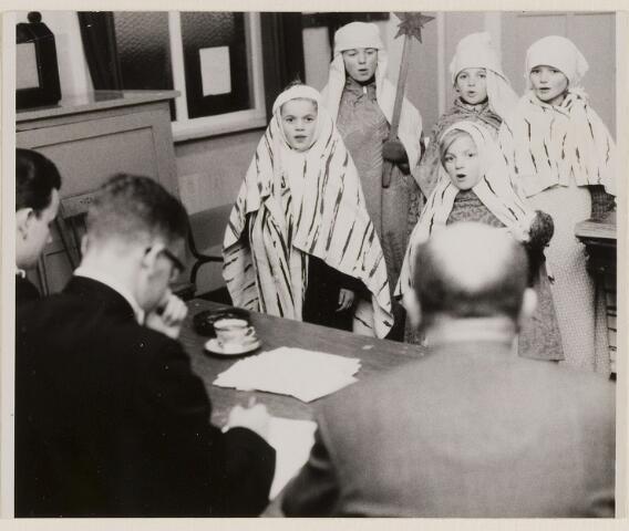 084960 - Driekoningenfeest. Vijf kinderen verkleed als koning zingen voor de jury.