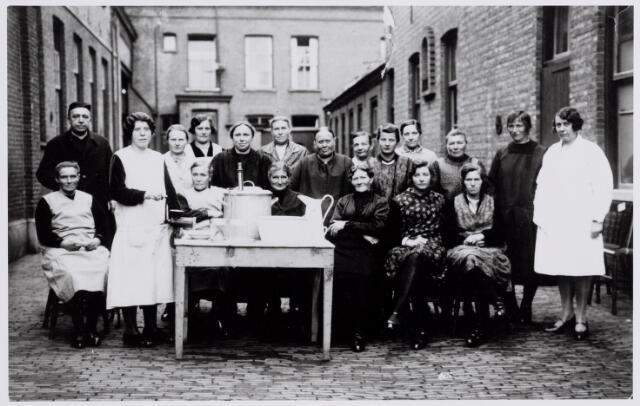 045514 - Deelneemsters aan een kookcursus voor leden van de Boerinnenbond te Goirle. Foto is gemaakt achter het oude nonnenklooster aan de Bergstraat. Zittend v.l.n.r. N.N., Mina Schellekens-Van Vught, Christa Vermeer, De Brouwer- Maas, Jonkers-Brock, Cato van Erven (zus van Arnoud van Erven). Staande v.l.n.r. pastoor Peters, N.N., N.N., Van Erven - Van de Pol (vrouw van boer Pul), Adriana Vermeer-van Gorp, vrouw Lemmens (Breehees), Mie van Wezel-Swaans, Betje van Erven-Priems, Bet Bruers-Brock, Truda Brock-De Brouwer (?), Kee van Roessel, Van Puijenbroek-van Doremalen en N.N.