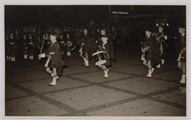 041287 - Jubileum. Viering van het 75-jarig bestaan van de R.K. Schilderspatroonvereniging Kunst en Vooruitgang in de Looiersbeurs aan de Heuvel op 10 oktober 1955.
