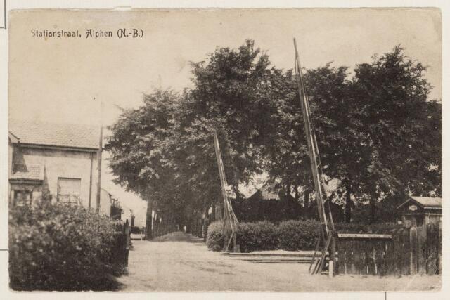 065217 - Stationsstraat met links het wachthuisje van het station Alphen; het station aan de spoorlijn Tilburg-Turnhout (het Bels Lijntje) werd op 7 oktober 1934 voor reizigersvervoer gesloten.