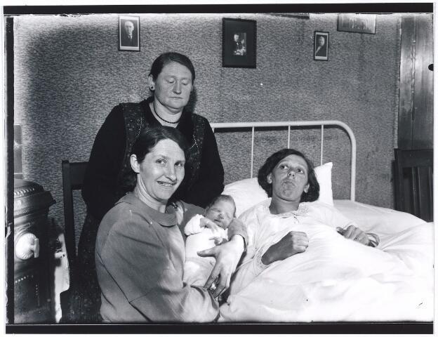006957 - De honderdduizendste inwoonster Maria Gertruida Antonia van Gool, op de arm van de vijftigduizendste, Maria Wilhelmina Juliana van Gool. Achter staande, de peettante van zowel de honderd als de vijftigduizendste. In bed de moeder Maria Josephina Antonia Cornelia Janssen-van Gool.