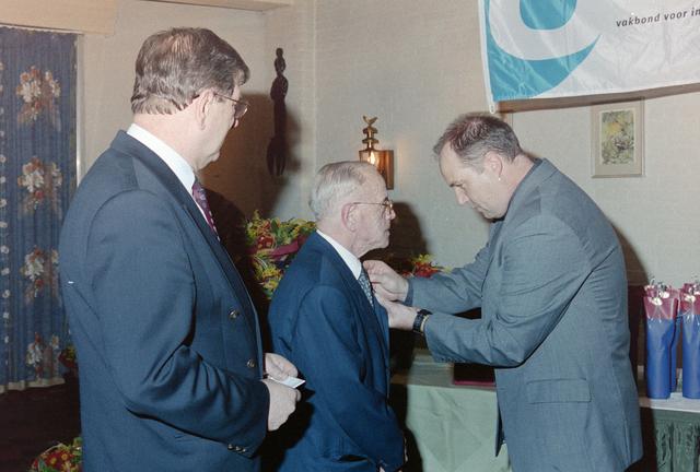 1237_001_065_017 - Een huldiging bij Unie BLHP, Unie van Beambten, Leidinggevend en Hoger Personeel in november 1999.