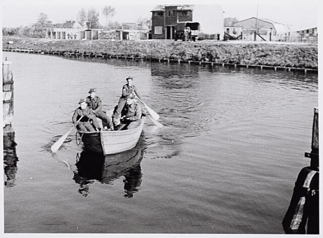 013247 - Tweede Wereldoorlog. Bevrijding.  Schotse militairen steken per roeiboot het Wilhelminakanaal over nabij de vernielde draaibrug aan de Bosscheweg