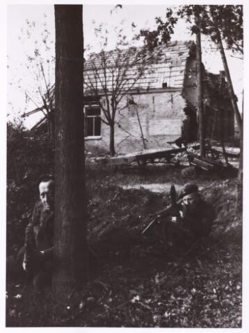 013118 - Tweede Wereldoorlog. Invasie Normandié. Tijdens de opmars van Breda naar Tilburg stuitten leden van de Prinses Irenebrigade vaak op vijandelijke troepen. Op de achtergrond een aan flarden geschoten boerderij onder Hulten