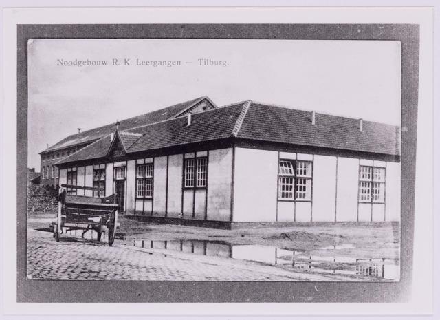 037389 - Het noodgebouw van de R.K. Leergangen aan de Lange Schijfstraat- De bouw werd aanbesteed in augustus 1918.