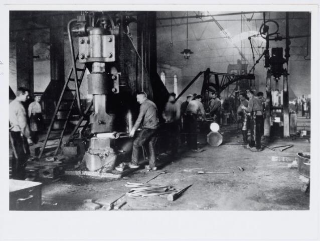 036940 - Spoorwegen, Centrale Werkplaats, Atelier, NS: In de smederij moet het een oorverdovend lawaai zijn geweest. Hier wordt gewerkt met de stoomhamer in 1913.