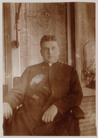 """044409 - Cornelis A.M.J. (Kees) Swagemakers, geboren te Tilburg op 30 april 1902, priester gewijd op 2 juni 1928, kapelaan te Gemert en 's-Hertogenbosch, daarna rector van """"de Wijnberg"""" in Grave en vanaf 1 april 1947 pastoor van Beers. Hij overleed in het Groot Ziekenhuis te 's-Hertogenbosch op 18 september 1955 en werd begraven te Beers."""
