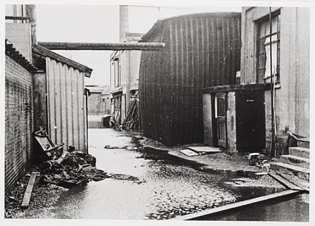 012443 - WOII; WO2; Tweede Wereldoorlog. Vernielingen. Complex van Verschuuren - Piron aan de Koningshoeven dat in oktober 1944 midden in de frontlinie lag. Geallieerde bombardementen sloegen grote gaten in dit zich fel verdedigende Duitse bastion