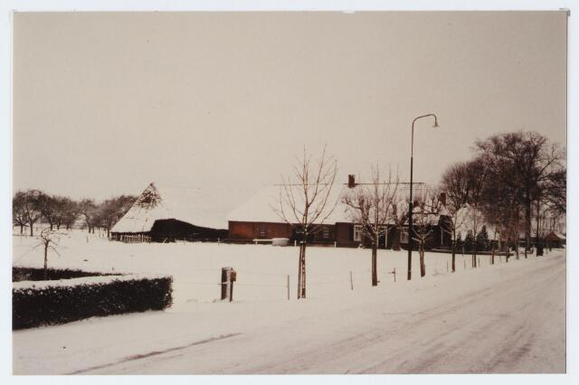"""062939 - Langgevel boerderij """"De Oude Schouwe"""" anno 1930 aan de Raadhuisstraat 10; thans bewoond door L van Helvoirt, die deze boerderij in zijn geheel heeft herbouwd"""
