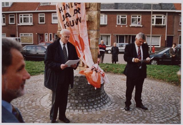 050097 - Volt, Algemeen, Kunstwerken, Onthulling, Voltvonk. Op 30 oktober 2002 werd dit monument opnieuw onthuld op het Transvaalplein, een locatie dicht bij het oude Voltterrein. Oud directeur van Volt, Ir. A. Hoevenaars, memoreert de geschiedenis van Volt en draagt het beeld over aan de gemeente Tilburg. Burgemeester J. Stekelenburg, rechts op de foto, bestudeert zijn  toespraak. Links op de voorgrond Ad Godefroy.