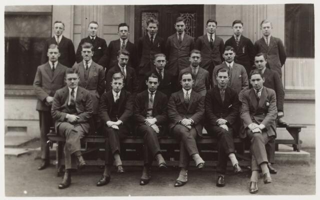 052173 - Onderwijs. Textielschool. Dagcursussen spinnen, weven, appreteren en verven 1927. Bovenste rij v.l.n.r: L. van de Gevel, A. Segers, N. Bogaers, C. Rijnen, H. Rutgers, A. Smarius. P. Wittgen en H. Smulders. Tweede rij v.l.n.r: G. van de Bergh, L. Swagemakers, W. Broekhoven, A. van Erven. J. Donders, J. Eras en M Verzijl. Zittend v.l.n.r: F. Schneider, J. Faber, A. Boelaars, A. Caspanni, L. Franken en J. Eras.