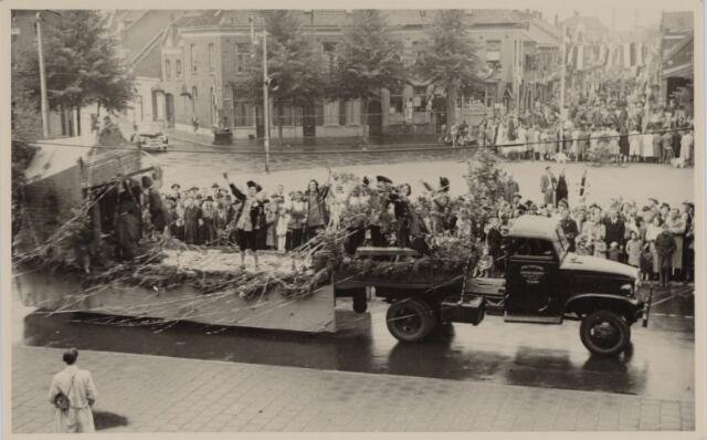 049008 - Festiviteiten te Tilburg b.g.v. het 50-jarig regeringsjubilé van Koningin Wilhelmina op 6 september 1948. Aankomst van koning Willem II bij de 'Vier Winden' aan de Bredaseweg ter hoogte van het oud Belgisch lijntje.  Verslag over deze festiviteiten met optocht staat in het Nieuwsblad van dinsdag 7 september 1948.