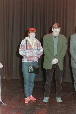 1237_001_039_020 - Vrijwilligers. De uitreiking van de stimuleringsprijzen vrijwilligerswerk door Stichting Contour in december 2000. Spanning tijdens de bekendmaking.
