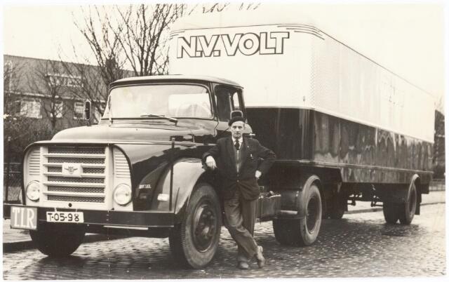 039245 - Volt. Zuid. Hulpafdelingen, Vrachtwagens. Vervoer, Expeditie, Logistiek. DAF trekker met oplegger, kenteken T-05-98, gefotografeerd bij het Transvaalplein in Tilburg vermoedelijk rond 1960.
