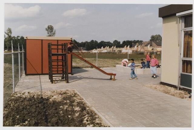 080603 - Speelplaats; Barakken; tijdelijk onderkomen basisschool in wijk de Kuil te Udenhout.