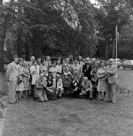 1237_012_990_005 - Viering van een jubileum van textiel firma Van Besouw b.v. bij restaurant Boschlust in Goirle in juni 1976. Groepsfoto.