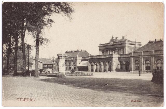 002231 - Het in 1863 gebouwde station aan de Spoorlaan werd gesloten op 11 januari 1961 en is daarna gesloopt. Op de voorgrond een reclamezuil. De bouwer van het oude station, Johannes van Hoof, vierde te Tilburg in 1918 zijn 90e verjaardag. Hij was toen de oudste inwoner van de stad.