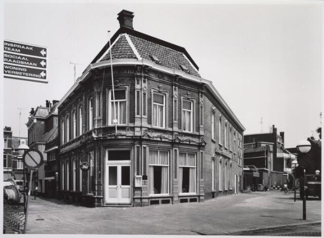 026625 - Restaurant De Gouden Zwaan aan de Monumentstraat. Aanvankelijk een kaarsenfabriek annex kruidenierswinkel, kreeg het pand later een bestemming als antiekwinkel en nadien als restaurant