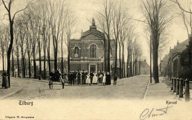 652729 - Tilburg Korvel.Een groep mannen en vrouwen vóór de kerk.
