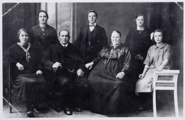 046185 - Het gezin van Piet van Wezel-Swanen te Goirle gefotografeerd t.g.v. de zilveren bruiloft. Zittend v.l.n.r. Anna Josephina (Anna) van Wezel, geboren te Goirle op 12 maart 1901, haar vader Peter Cornelis (Piet) van Wezel, landbouwer en voerman, geboren te Tilburg op 24 juli 1870, zijn vrouw Maria (Mie) Swanen, geboren te Tilburg op 22 december 1873, en Catharina Adriana Maria (To) van Wezel, geboren te Goirle op 12 januari 1910. Staande v.l.n.r. Maria Petronella (Miet) van Wezel, geboren te Goirle op 17 september 1903, Johannes Cornelis (Jan) van Wezel, geboren te Goirle op 31 mei 1907 en Petronella Maria (Pietje) van Wezel, geboren te Goirle op 12 juli 1905.