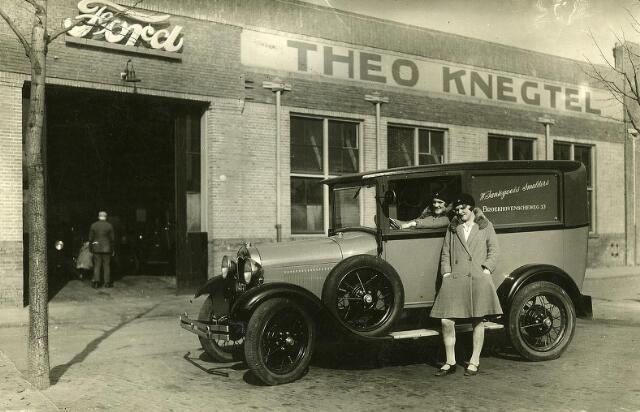 200109 - De auto van bakker W. Santegoets-Smulders bij garage Theo Knegtel aan het Piusplein. Achter het stuur Betsie Santegoets.