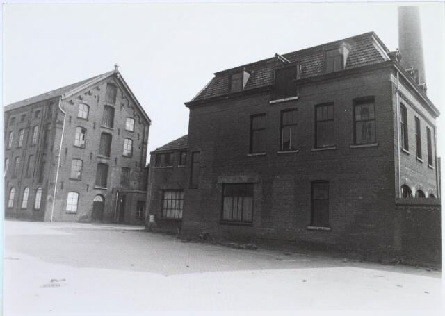019228 - Gebouwen behorende tot het complex van wollenstoffenfabriek C. Mommers. Het gebouw links is het hoogste fabrieksgebouw dat ooit in Tilburg is gebouwd. Het is in twee etappen tot stand gekomen, te weten in 1885 en 1894. Thans behoort het tot het Nederlands Textuielmuseum