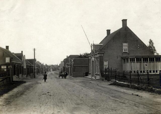601011 - De Keizersdijk met rechts het pand van scheepsbouwer Janus van Suylekom. In 1913 werd een verdieping op het huis gezet.