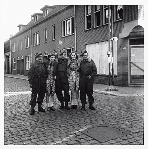 012132 - WO2 ; WOII ; Tweede Wereldoorlog. Vrouwelijke belangstelling voor enkele Schotse bevrijders