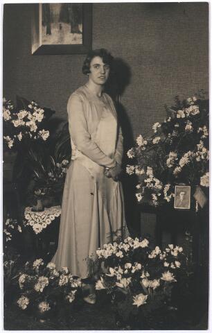 005640 - Trouwfoto van Louise Thèrése Marie Joseph (Wies) Schijns, dochter van Arnold Francois Joseph Schijns en Louise Gerardina Broekhans, geboren Tilburg op 1 augustus 1904, overleden Vessem op 19 april 1983. Ondertrouw 7 maart 1931 Tilburg, trouwde op 19 maart 1931 Tilburg, kerkelijk huw.elijk(RK) op 9 mei 1931 Indonesië met Jacobus Josephus Nicolaas (Jac) van Hout, zoon van van Leonardus Jacobus (Jac) van Hout ((Edelsmid/ Juwelier/ Modemagazijn)) en Sophia Hubertina (Sophie) Ververgaert (Ververgaard), geboren Eindhoven 19 maart 1903, overleden Vessem 7 maart 1983, begraven Vessem Lambertuskerkhof 11 maart 1983. Ze zijn met de handschoen getrouwd.